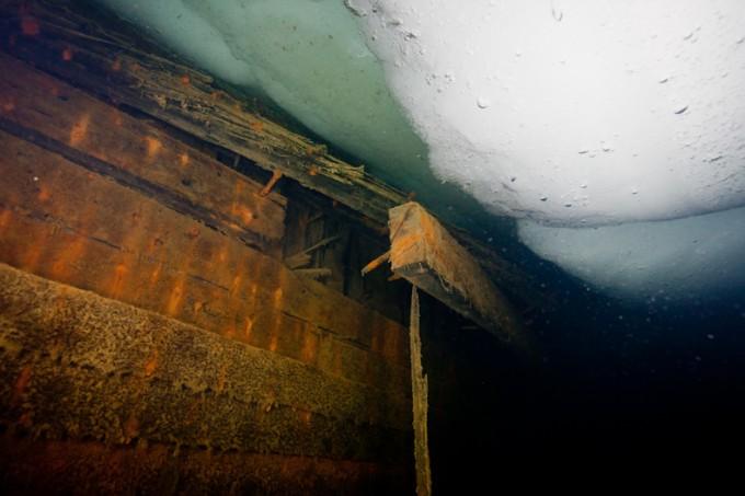 Skutesida av Maud.. Eikehuden er fremdeles i svært god forfatning, der den kjølig har ligget konservert i det iskalde vannet, på 8 meters dyp, utenfor Cambridge Bay, Nunavut.