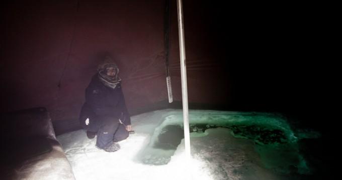 Lavoen som er satt opp, skal beskytte mot at hullet fryser igjen hver natt .. Det er over 35 minusgrader på yttersiden ..