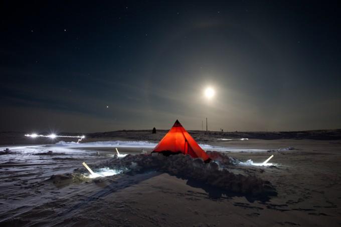 Måneklart og teltet på plass over hullet i isen, Polarskipet Maud i bakgrunennen