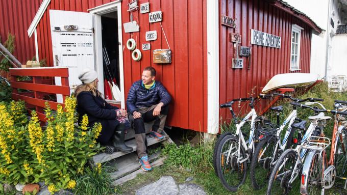 Guide på Reinefjorden, Runhild Olsen er vertsskap under filmingen av Norske padleperler. Paddeling, Lofoten. kajakk og airbnb accomadation.